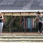 Oefenen met linten voor optreden op straat