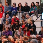 Het publiek luistert gebiologeerd