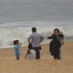 Huizenhoge golven denderen op het strand